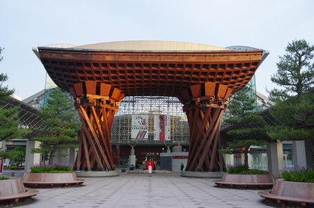 金沢駅は伝統的工芸品展示場